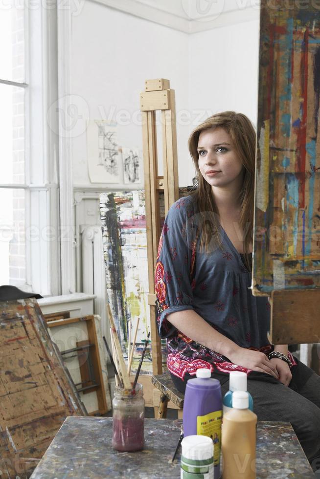 Künstlerin sitzt im Kunststudio foto