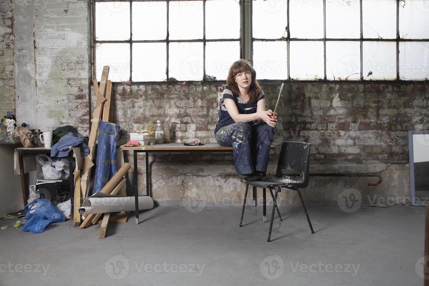Künstlerin mit Pinsel in der Werkstatt foto