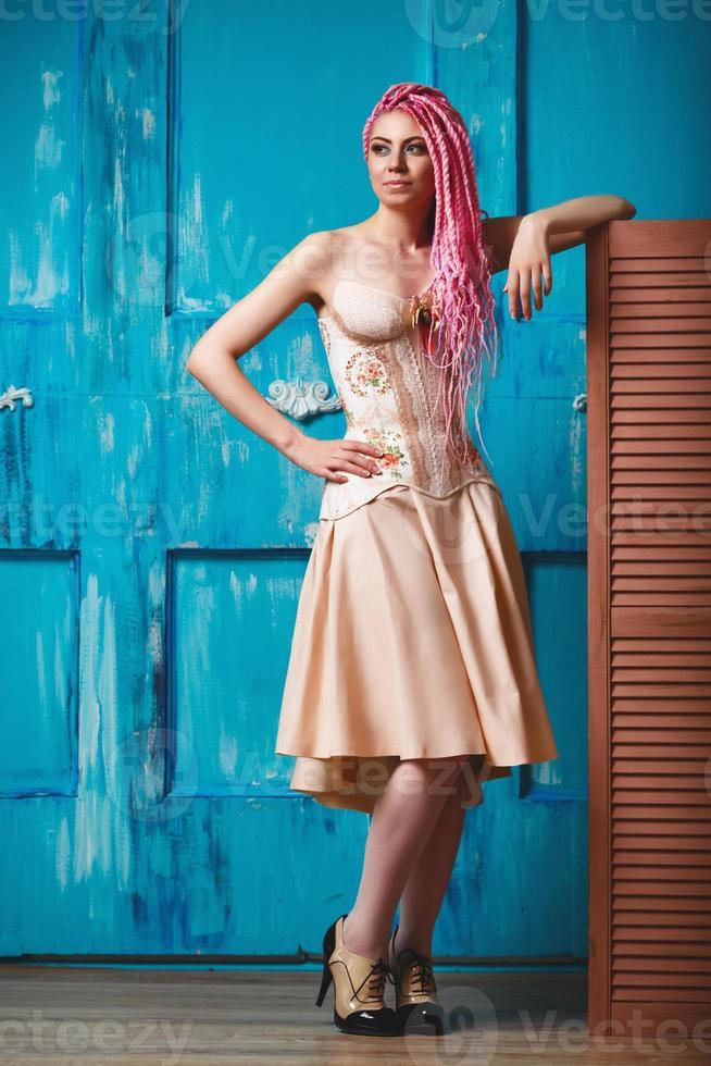 ausgeflipptes junges weibliches Modell, das Korsett trägt foto
