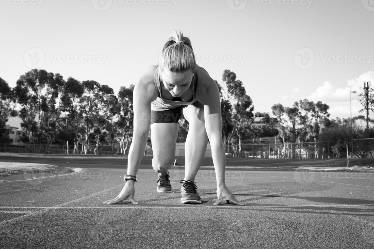 Läuferin auf einer Leichtathletikbahn foto