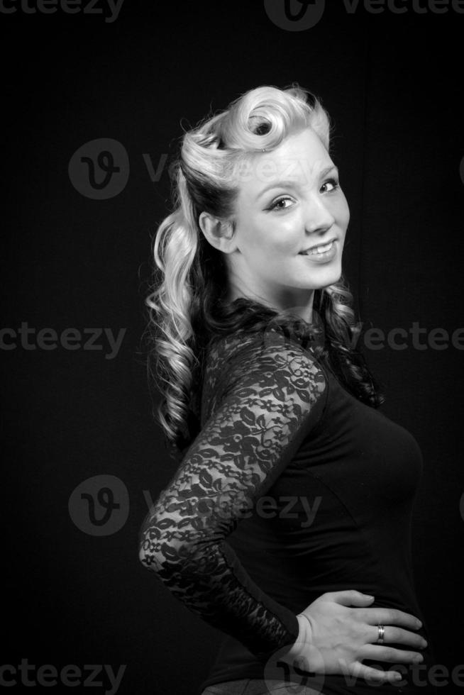 junge erwachsene Frau in Rockabilly-Mode foto