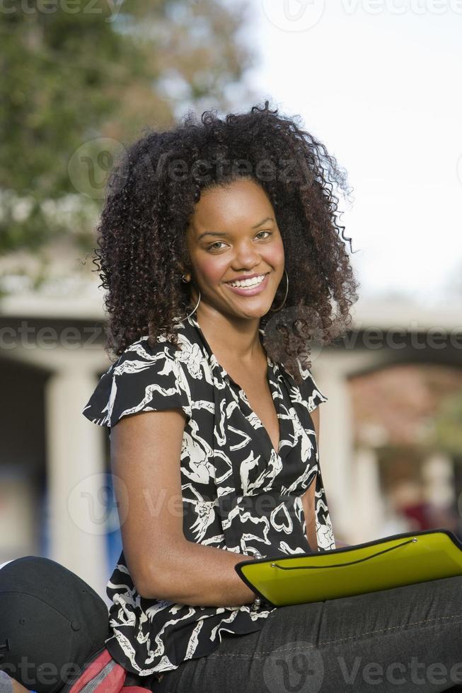 junge Studentin, die Kamera betrachtet foto
