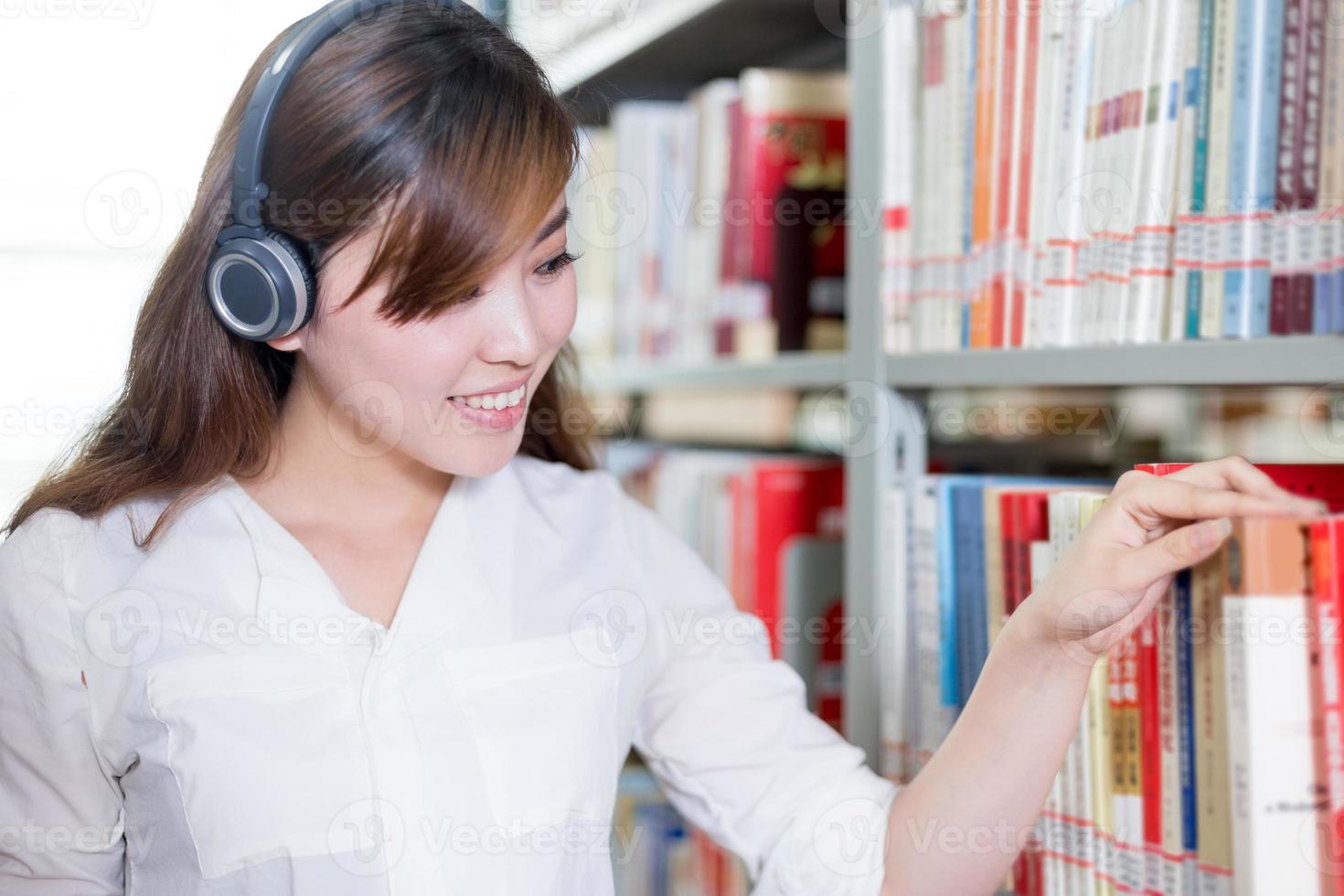 asiatische schöne Studentin Porträt in der Bibliothek foto