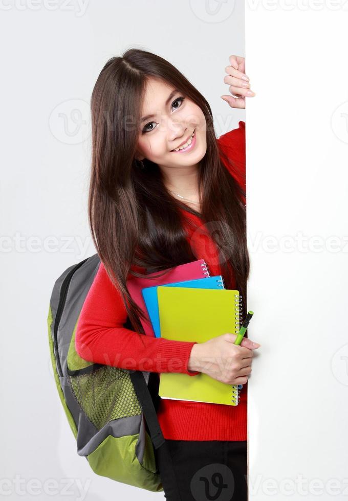 hübsches weibliches Studentenporträt mit leerem Brett foto