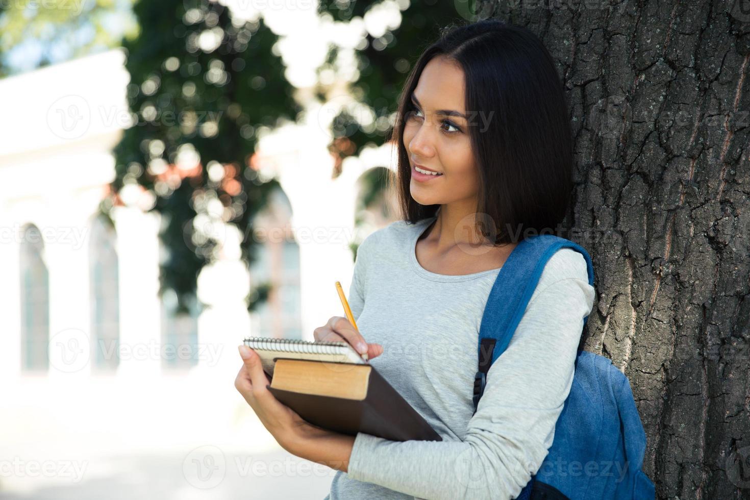 Porträt einer nachdenklichen Studentin foto