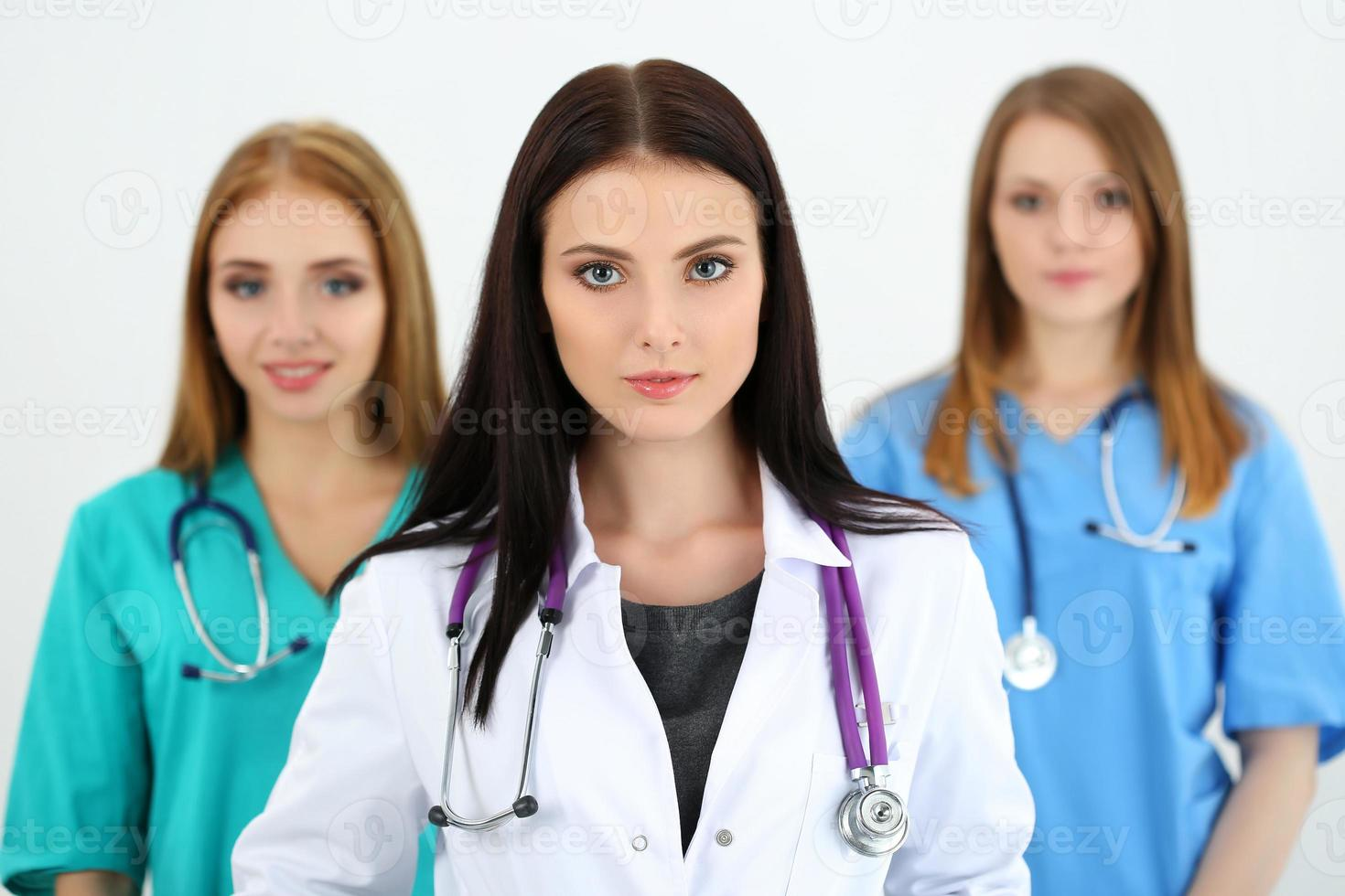 Porträt der jungen brünetten Ärztin foto