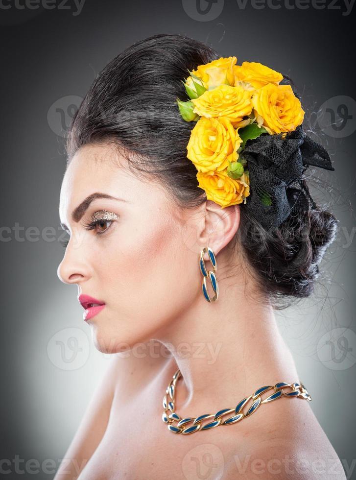schönes weibliches Kunstporträt mit gelben Rosen foto