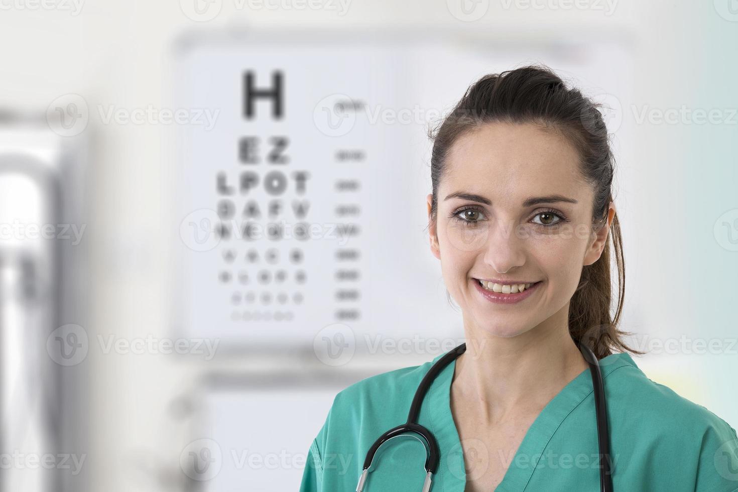 Krankenschwester mit einer Sehtestkarte. foto