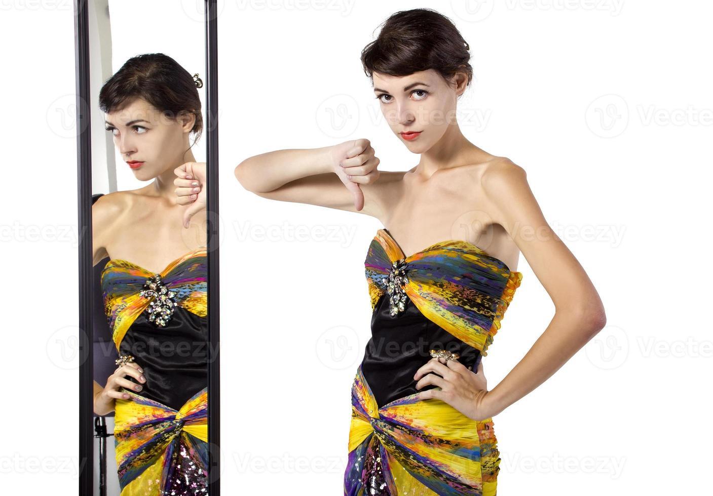 weiblicher Mode-Snob in einem Ankleidezimmer foto