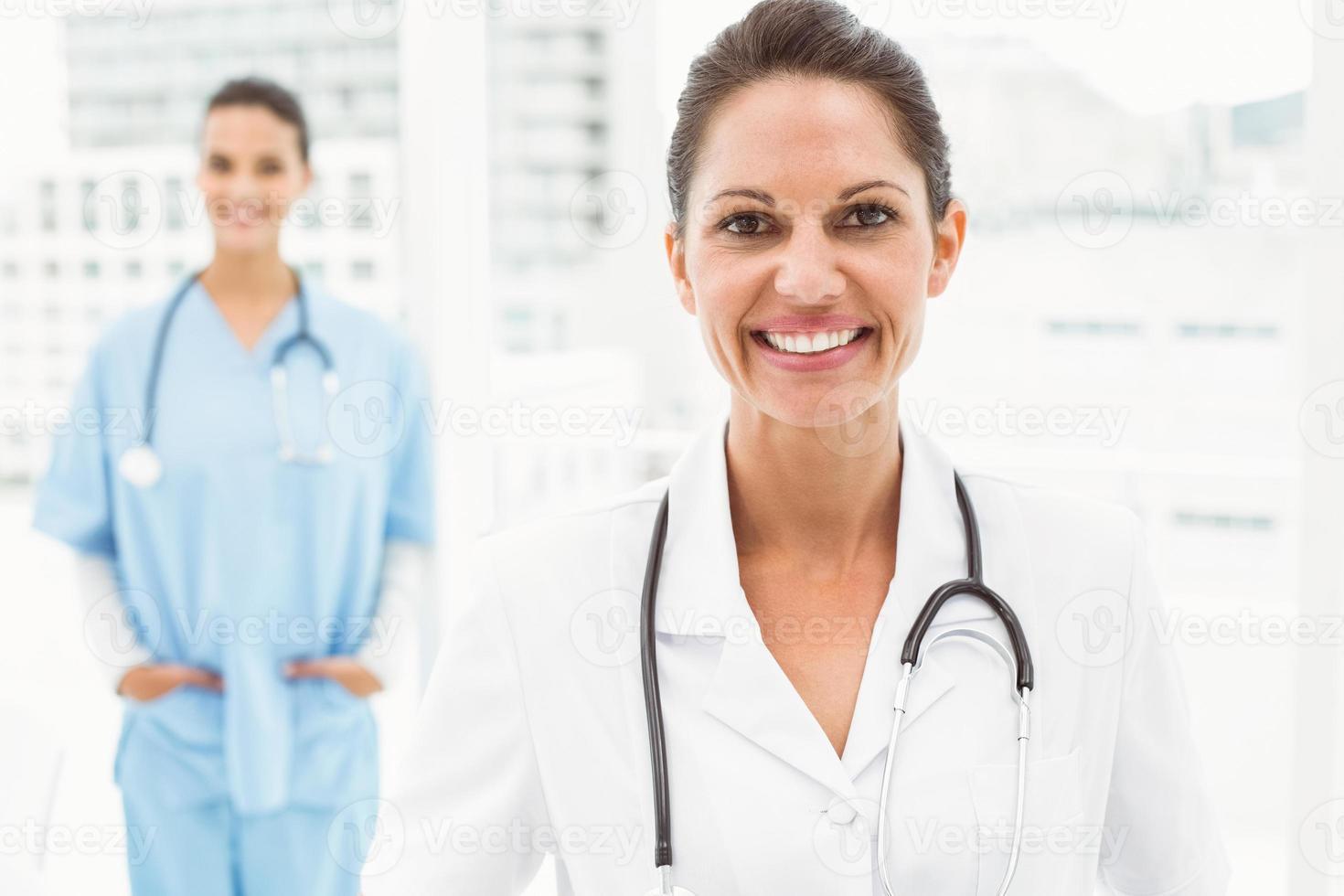 Porträt einer lächelnden selbstbewussten Ärztin foto