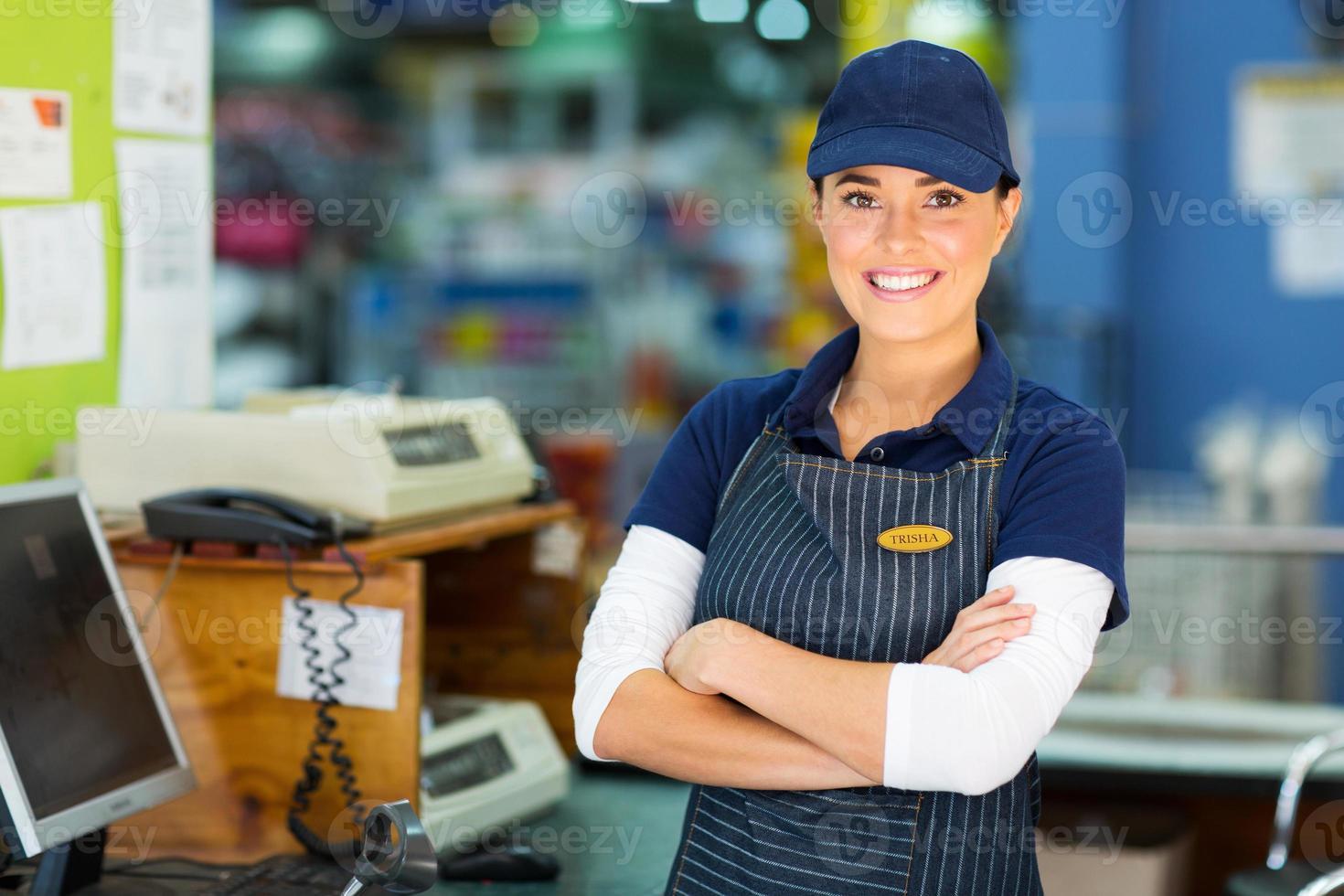 Kassiererin im Baumarkt mit verschränkten Armen foto
