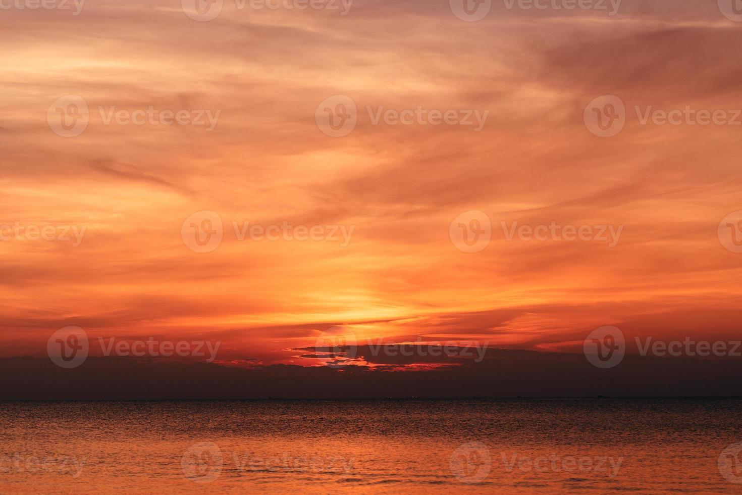 schöner orange Sonnenuntergang foto