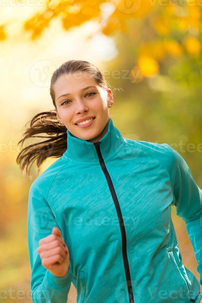 weibliches Fitnessmodelltraining draußen und Laufen foto