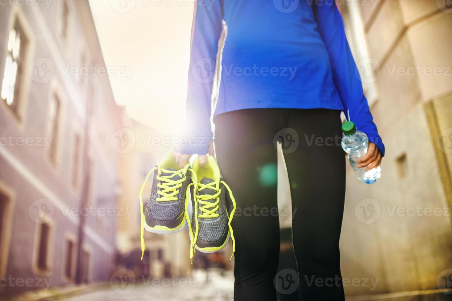Läuferin mit ihren Schuhen foto