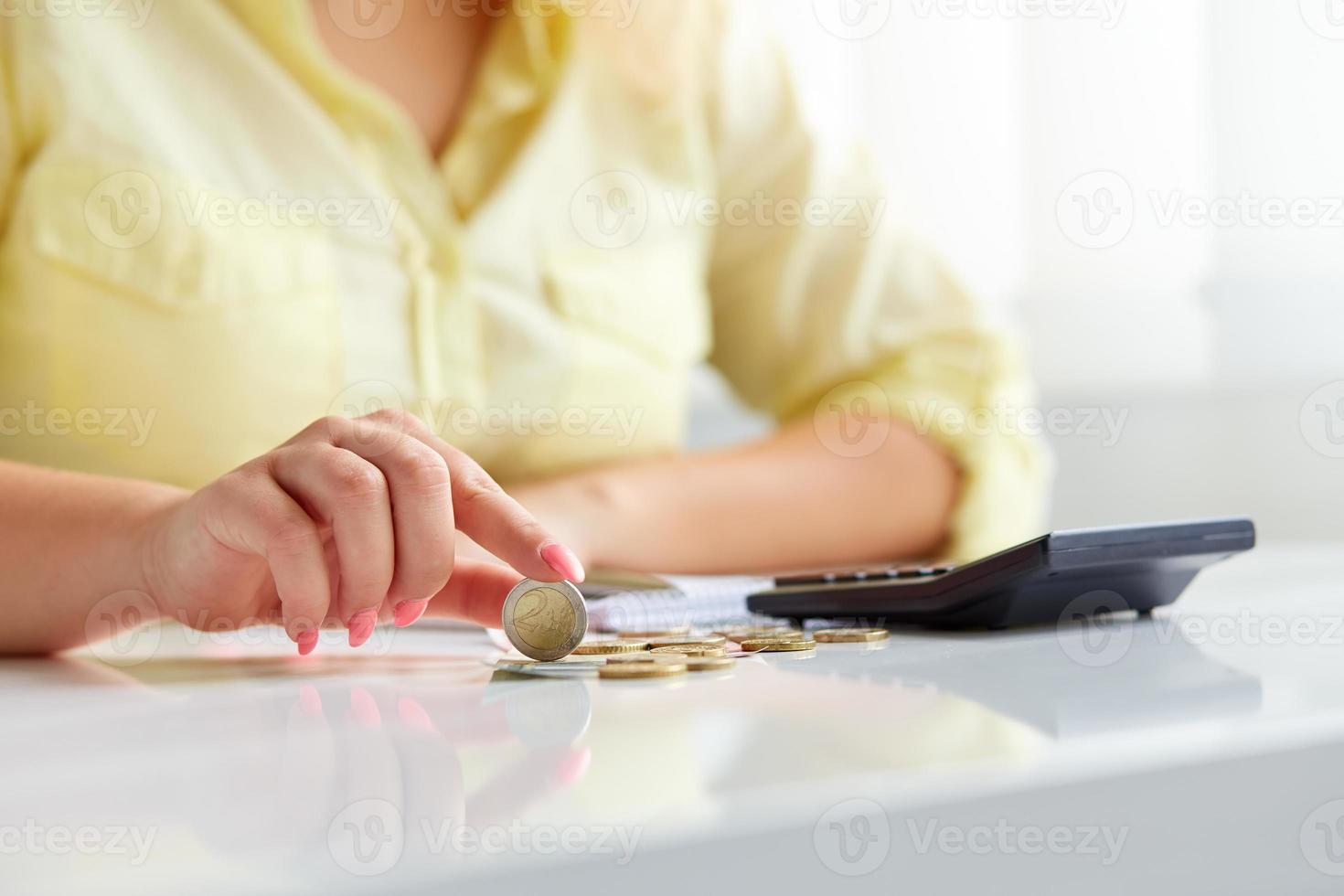 weibliche Hände mit Münzen Euro foto
