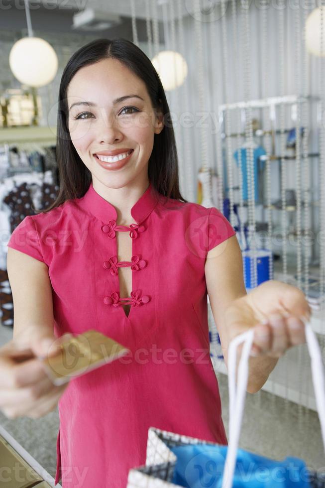 weibliches Einkaufen durch Kreditkarte foto
