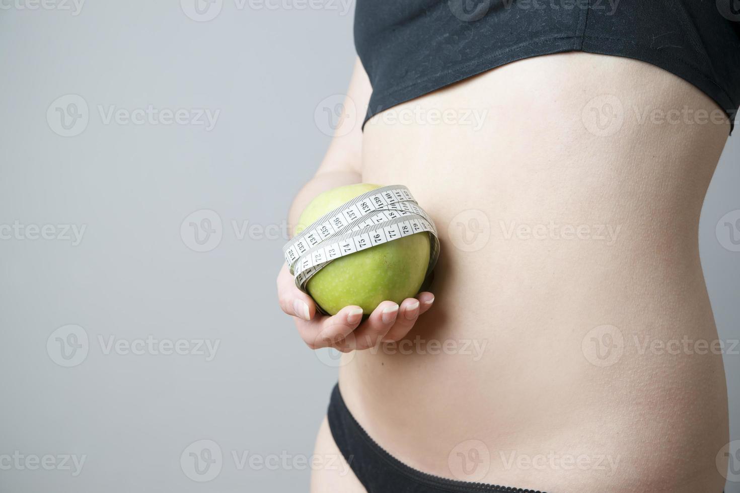 weiblicher Körper mit grünem Apfel foto
