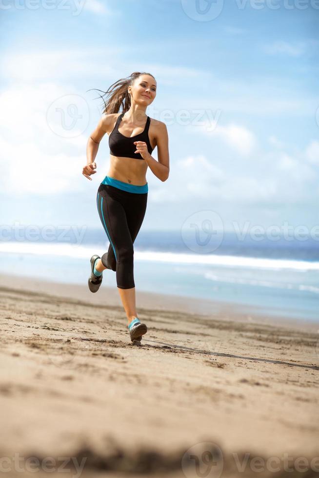 Sportlerin, die an sonnigem Tag läuft foto