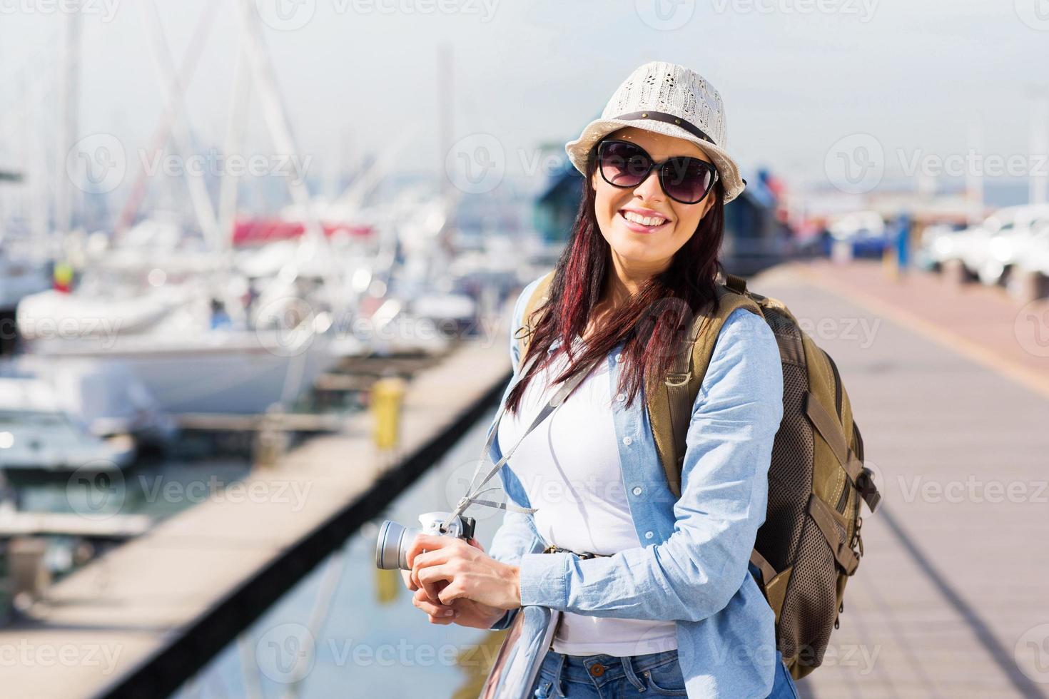 glücklicher weiblicher Tourist am Hafen foto