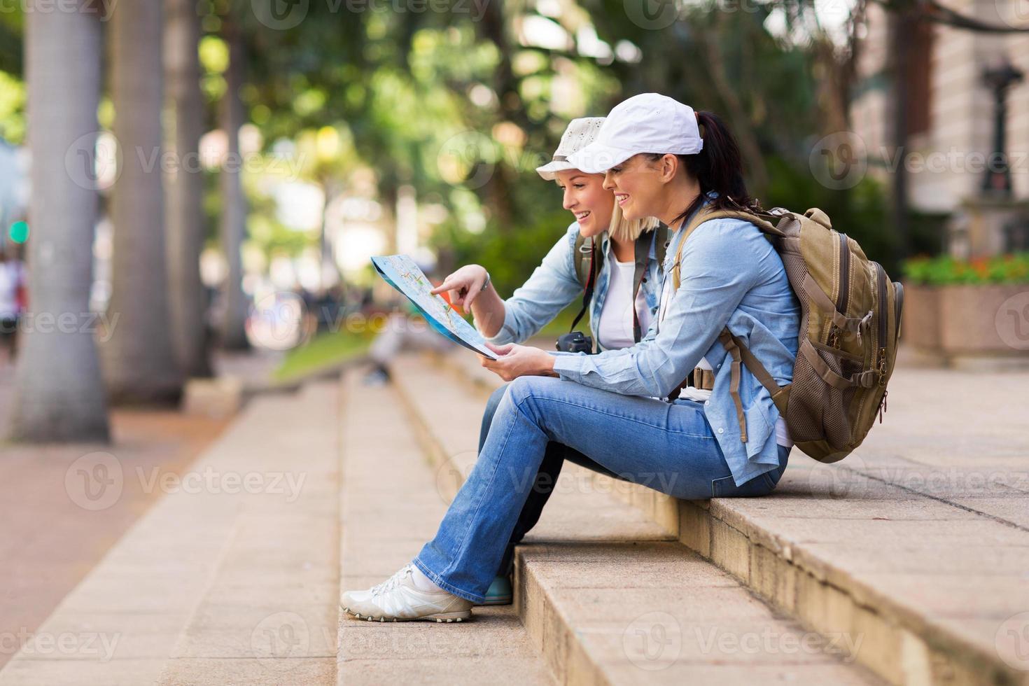 junge weibliche Touristen, die Karte betrachten foto