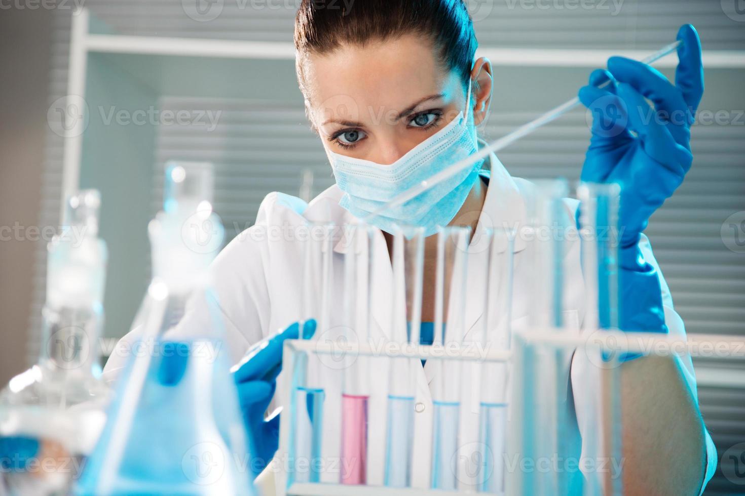 Wissenschaftlerin im Labor foto