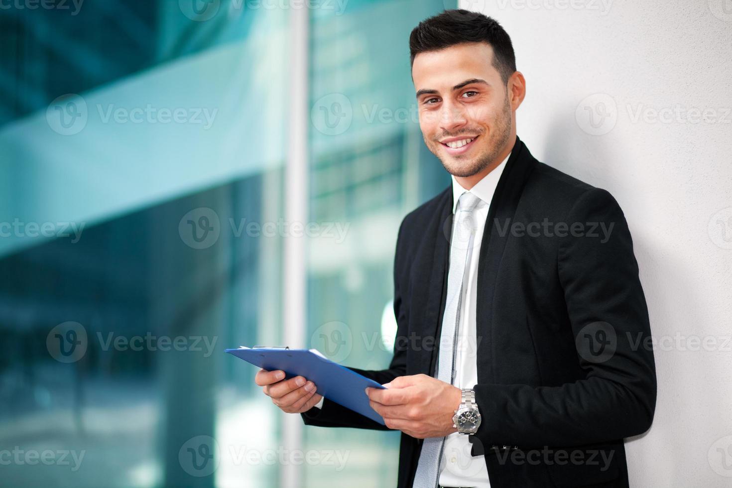 junger Geschäftsmann im Freien foto