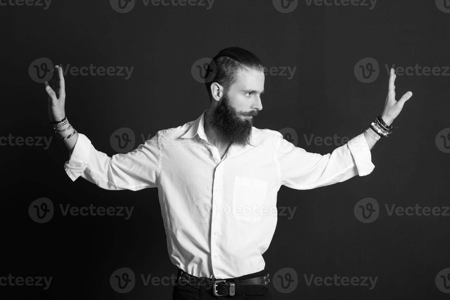junger hübscher Mann im weißen Hemd auf schwarzem Hintergrund foto