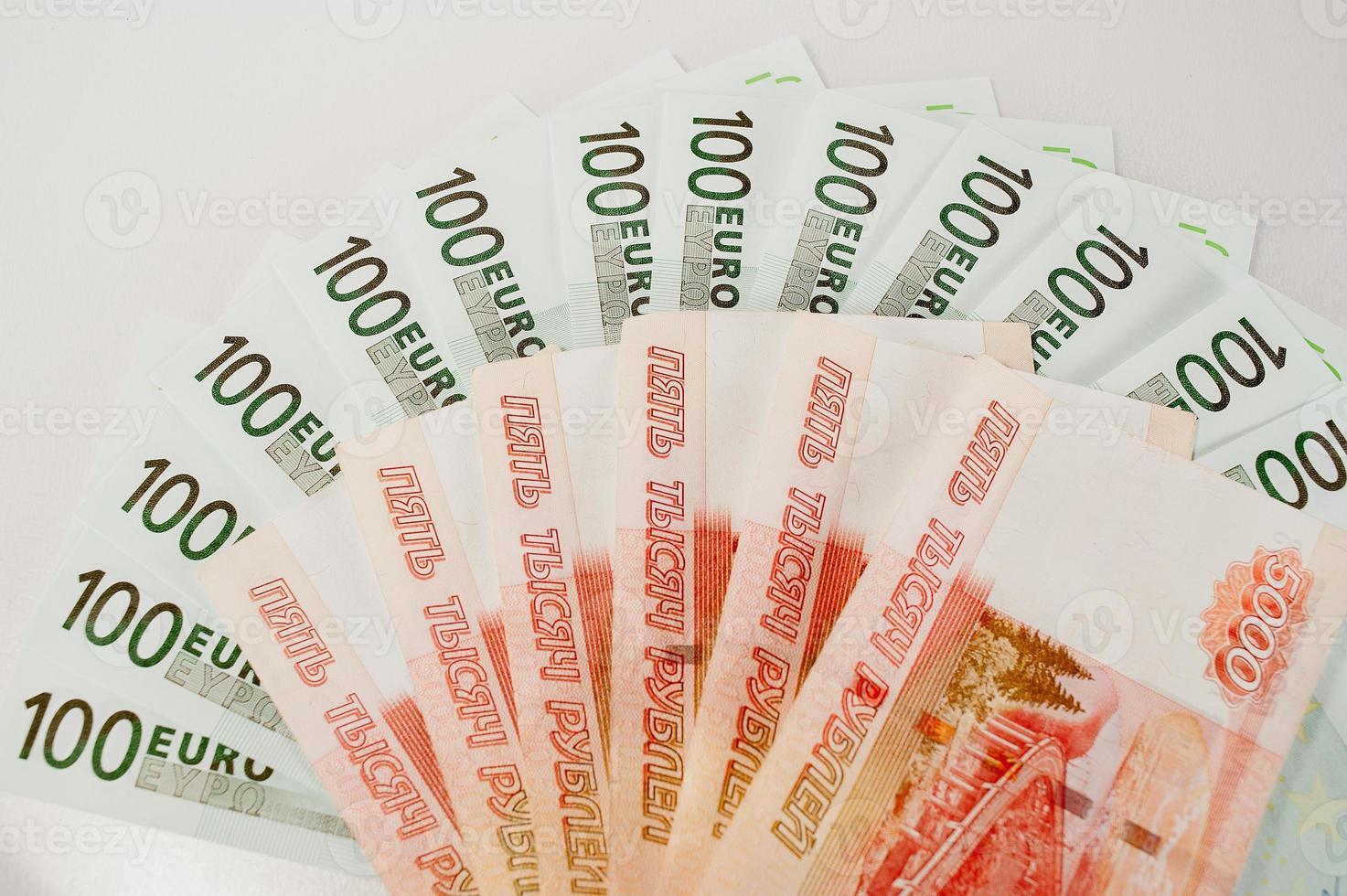Banknoten in Euro und Rubel foto