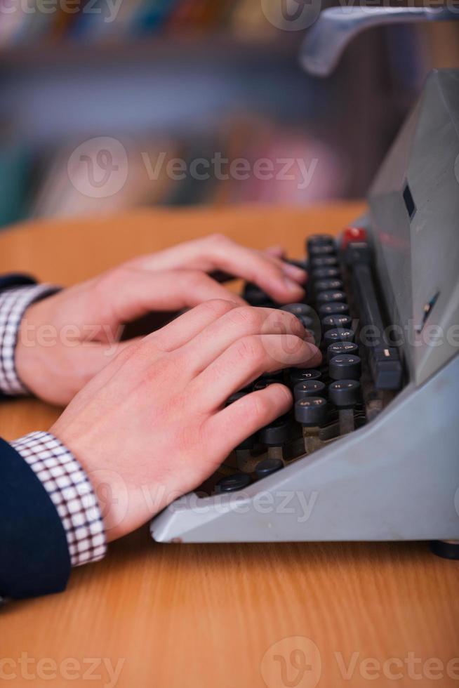 Arbeiten an der Schreibmaschine foto