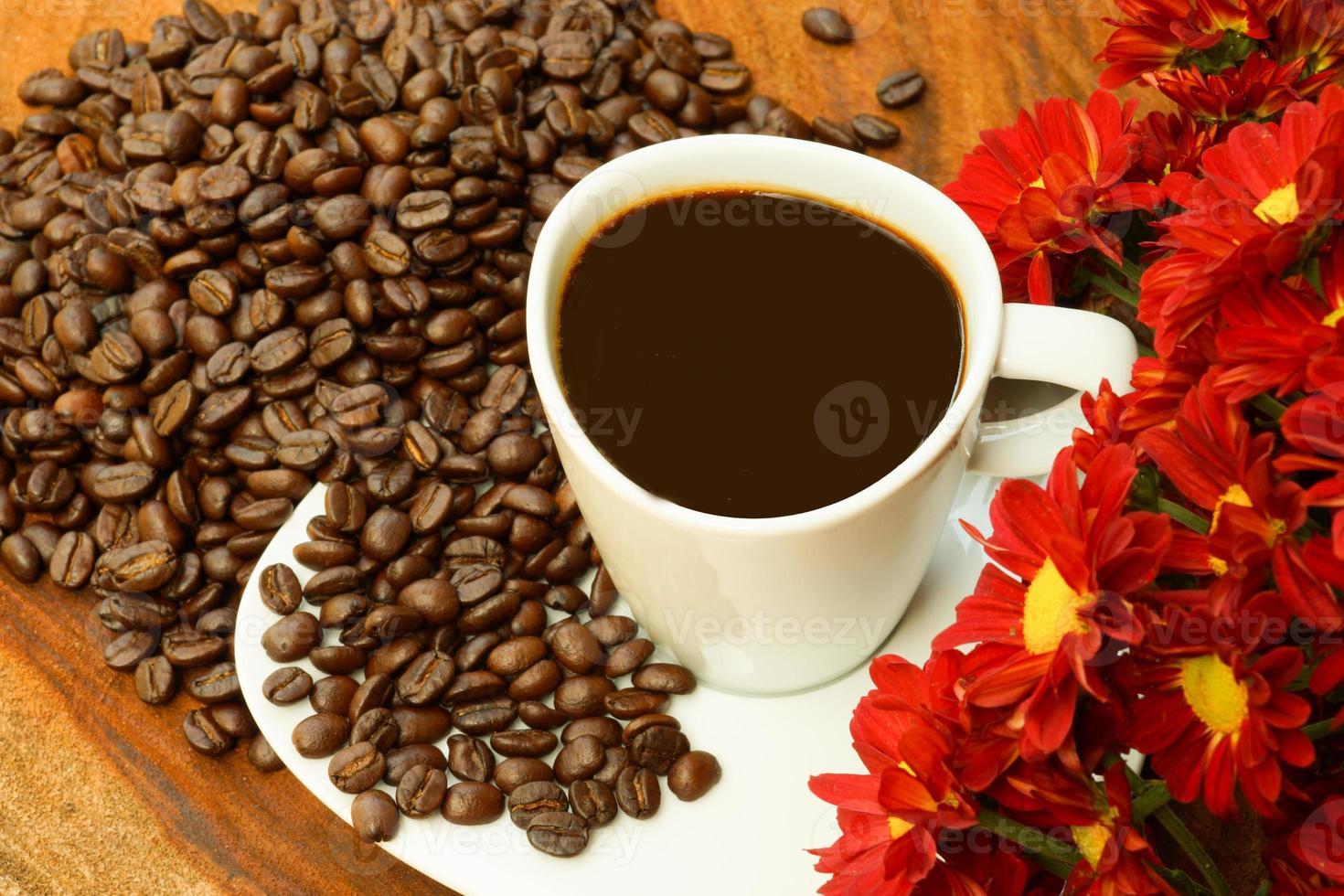 Kaffeetasse und Bohnen auf einem Holzhintergrund. foto