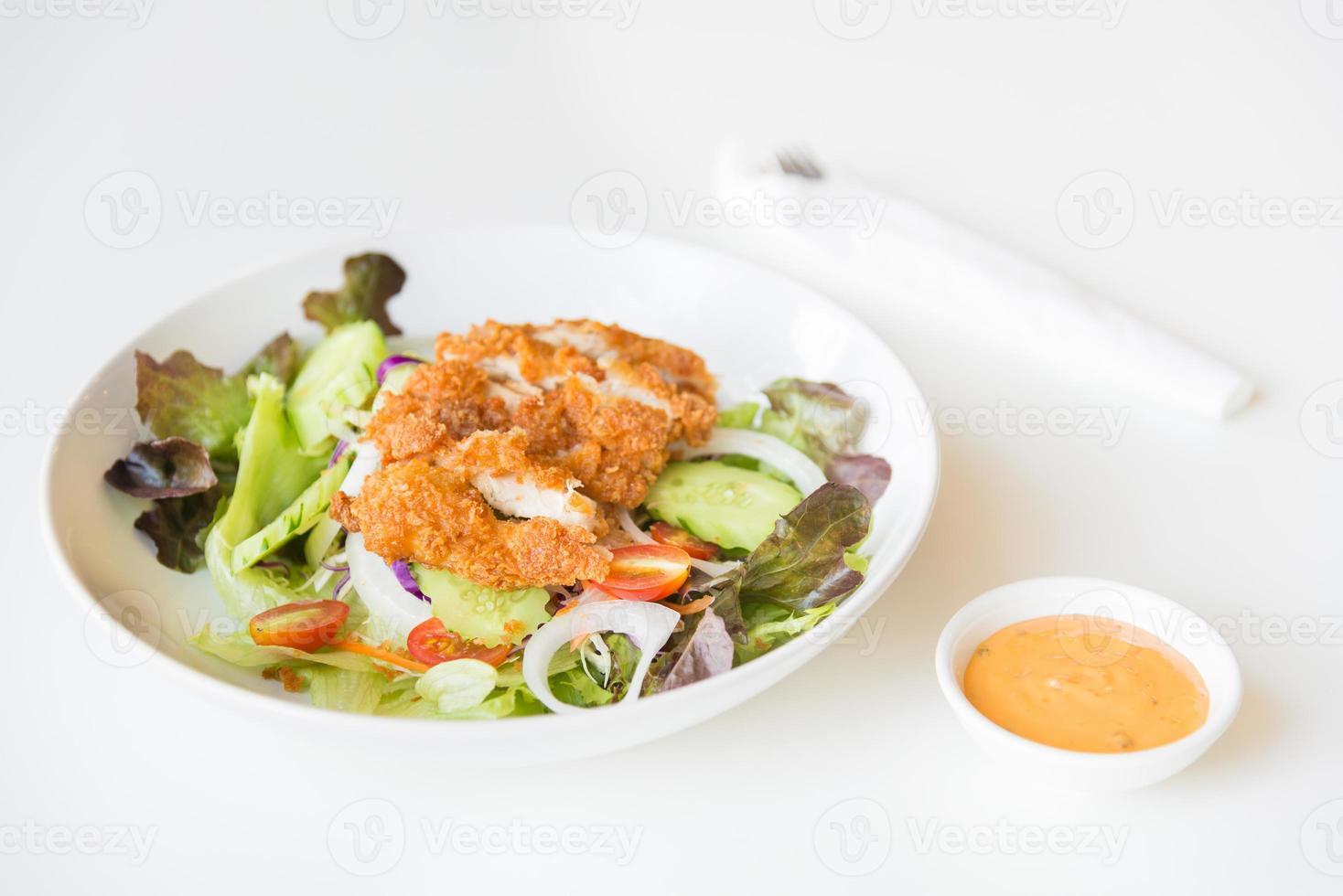 Brathähnchensalat mit Tomaten, Gurken und Zwiebeln. foto