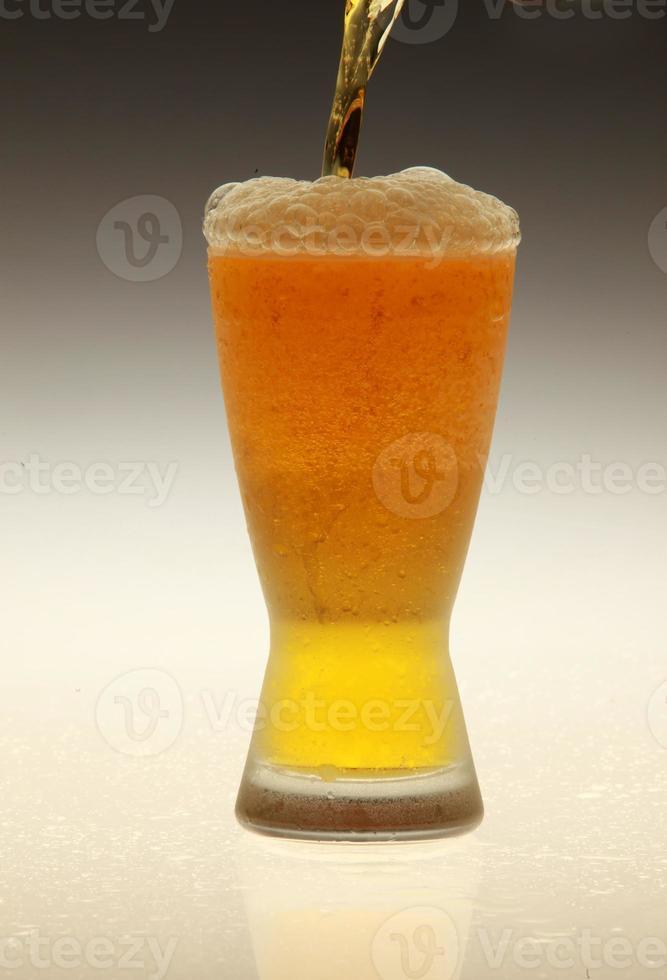 Bier einschenken foto