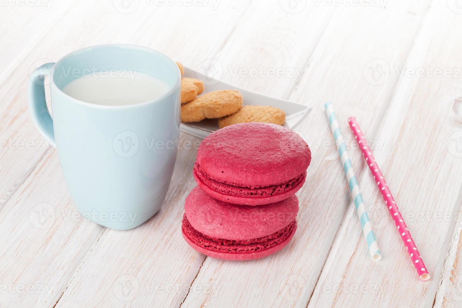 Tasse Milch und Macarons foto