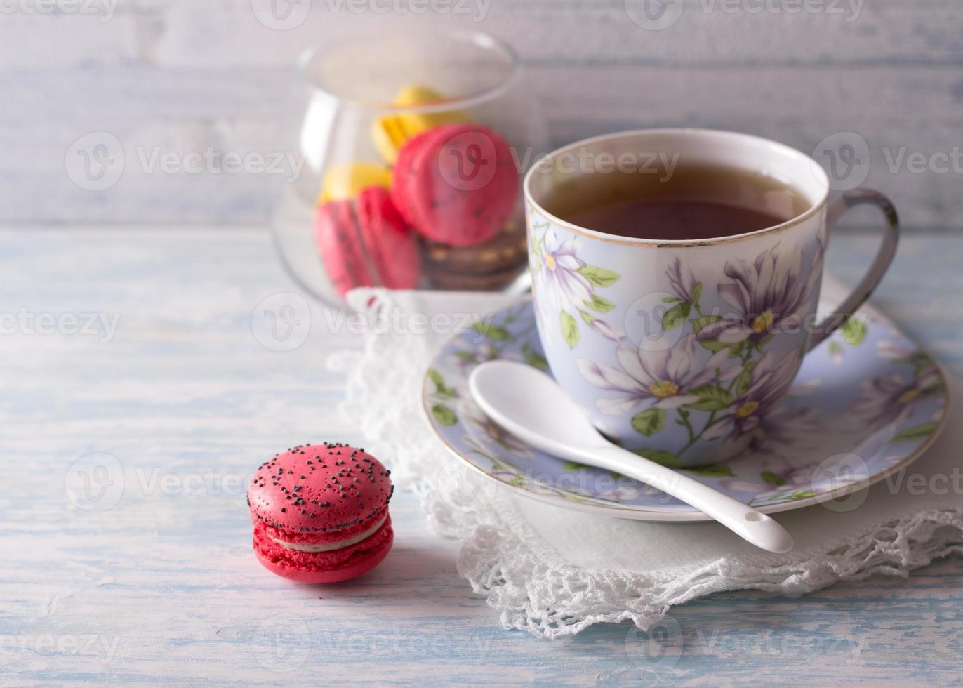 französische Macarons mit einer Tasse Tee foto