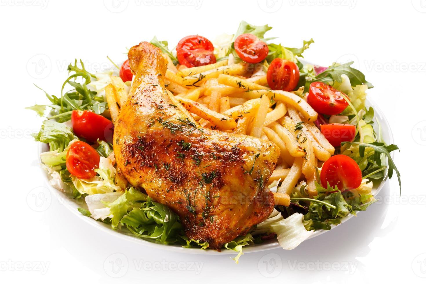 gebratene Hähnchenkeule, Pommes und Gemüse foto