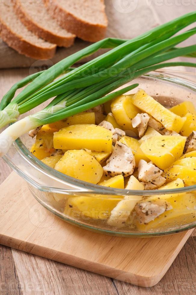 gedünstete Kartoffeln mit Hühnchen foto