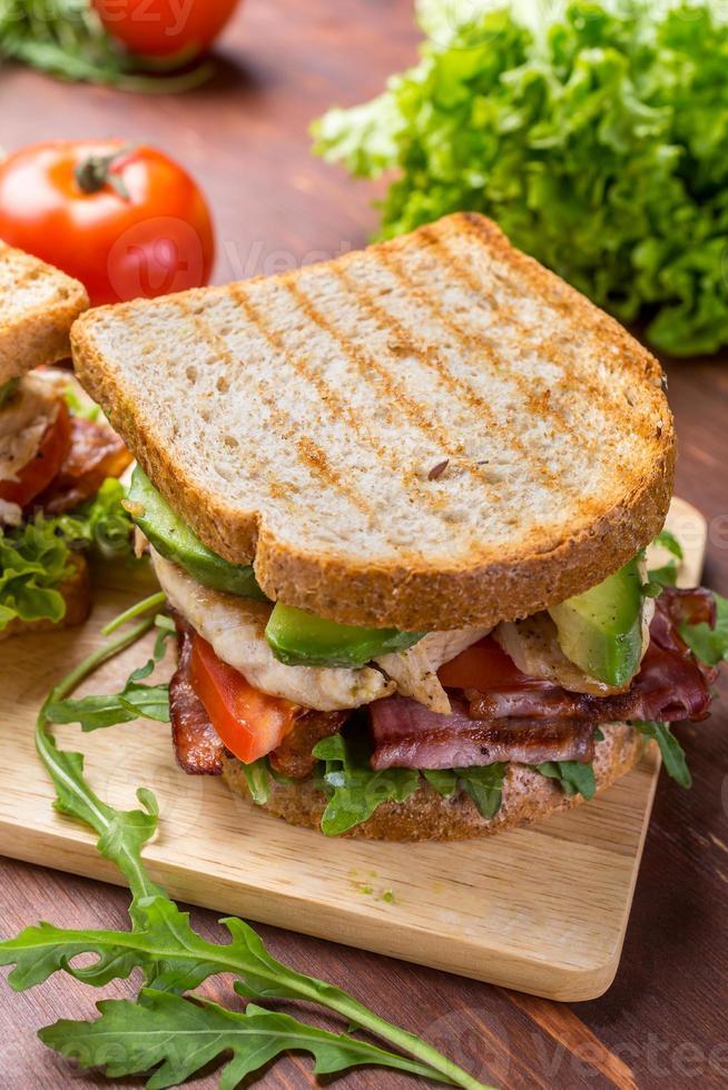 Sandwiches mit Speck, Salat und Tomaten foto
