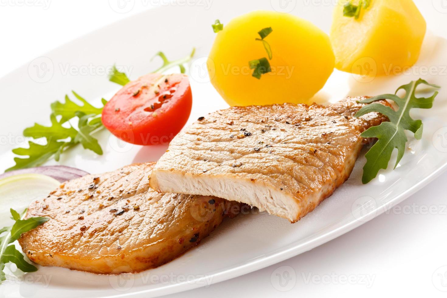 gegrilltes Steak und Gemüse auf weißem Hintergrund foto