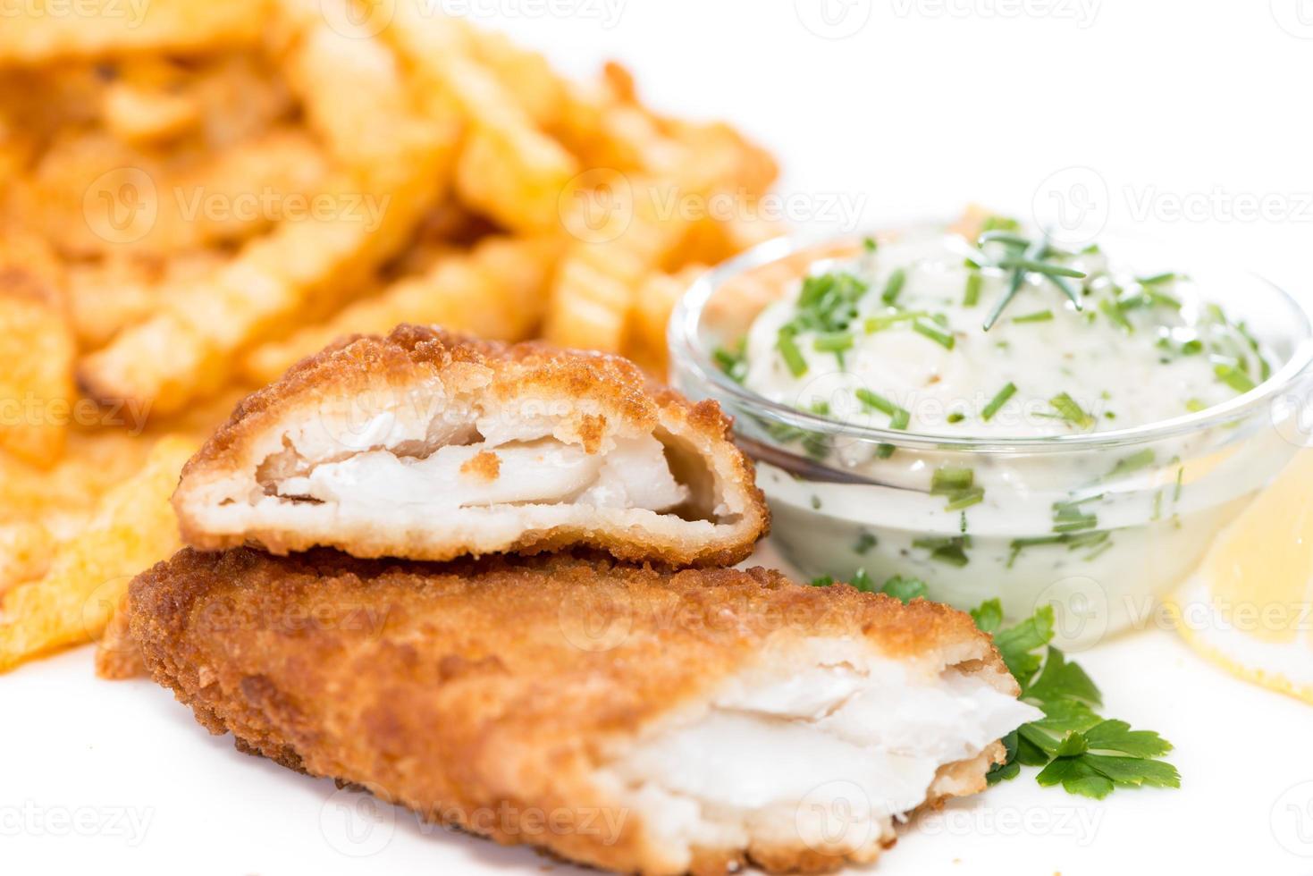 Lachsfilet mit Chips isoliert auf weiß foto
