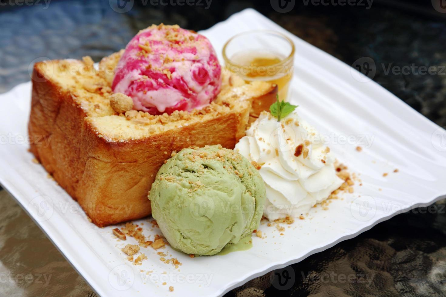 Erdbeereis und grüner Tee und Brot. foto