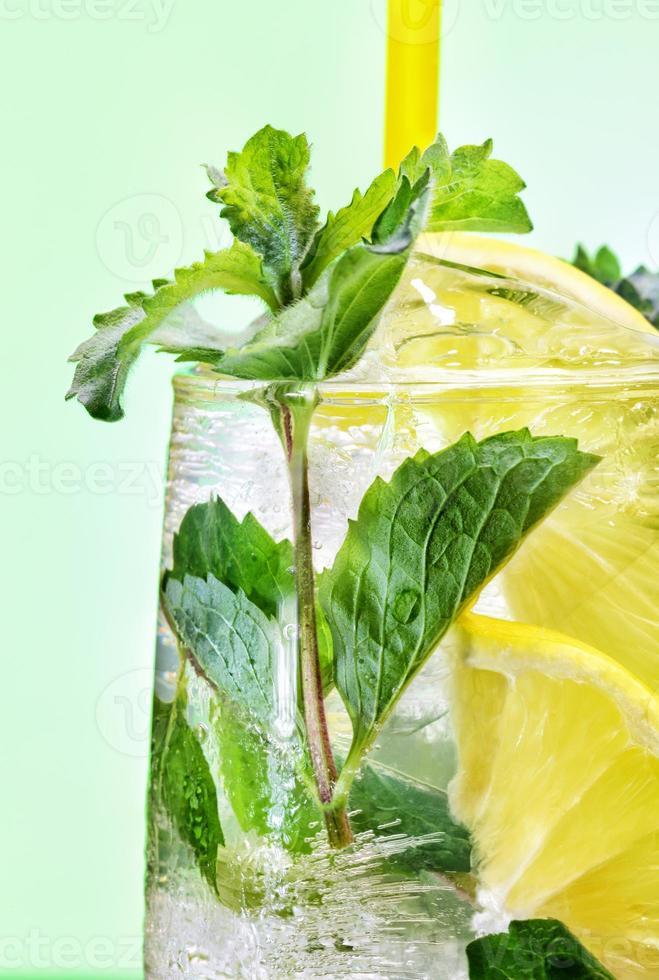Cocktail mit Minze und Zitrone foto