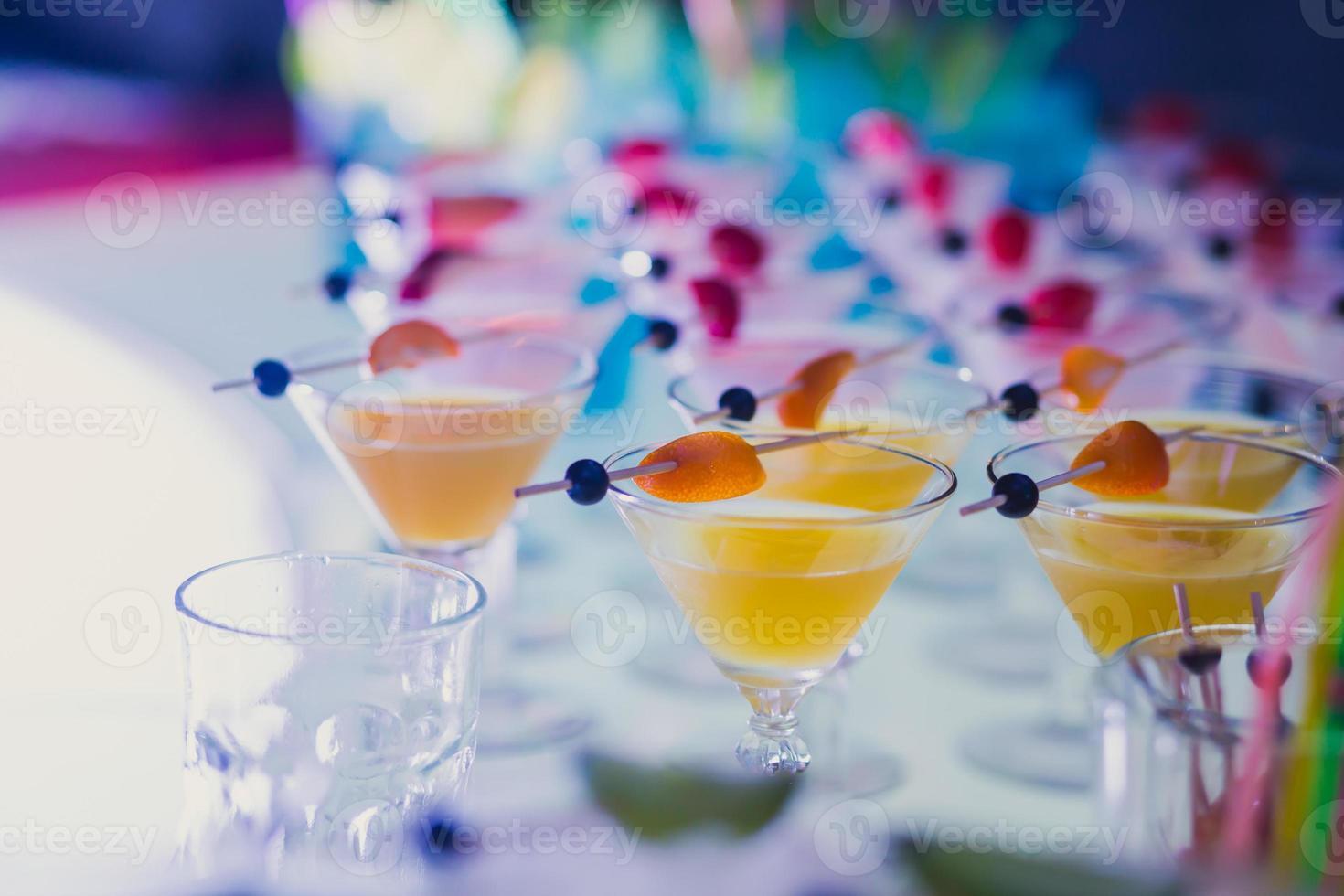 Reihe von verschiedenen Alkohol-Cocktails auf Event Open-Air-Nachtparty foto