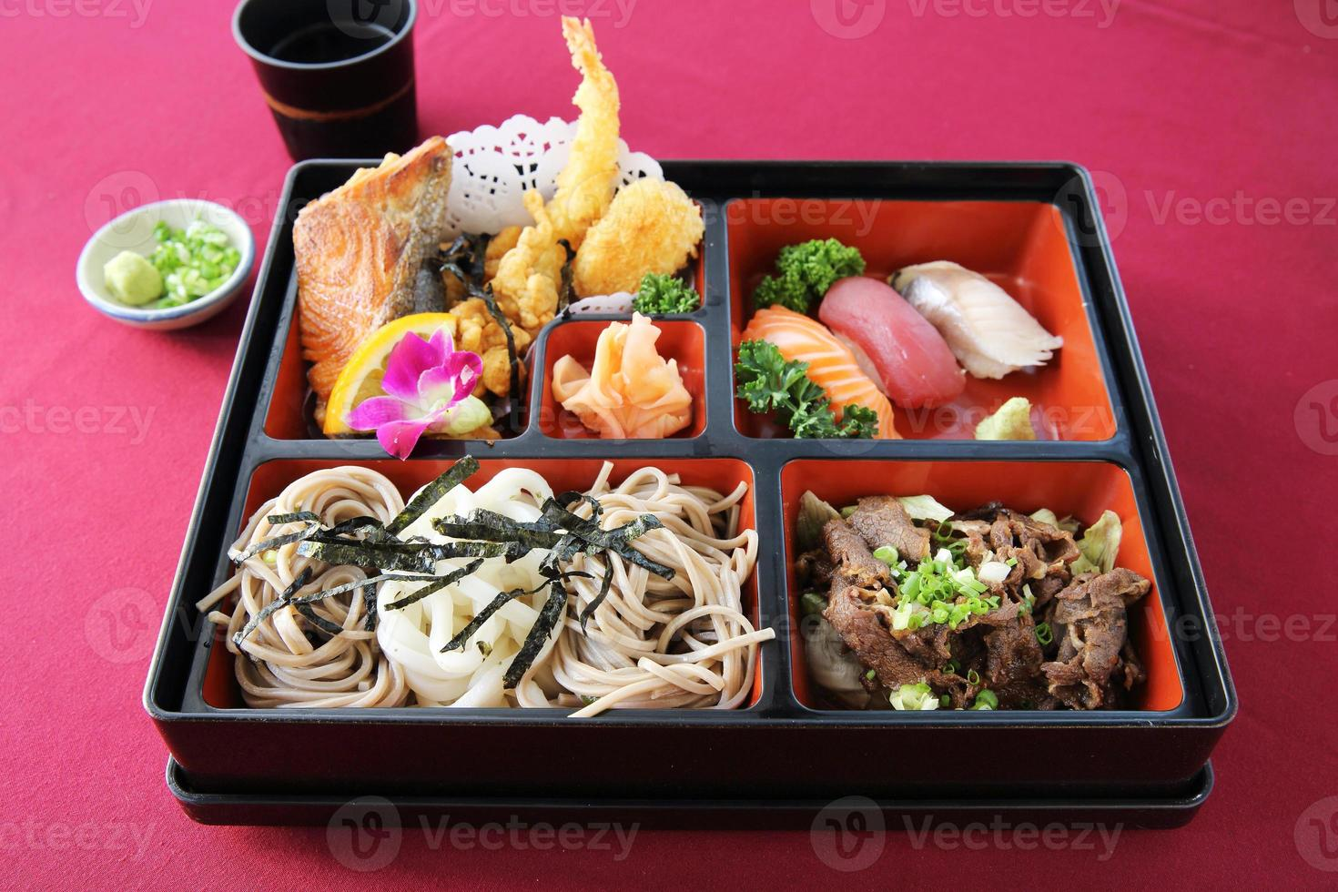 japanisches Bento Sushi und Soba foto