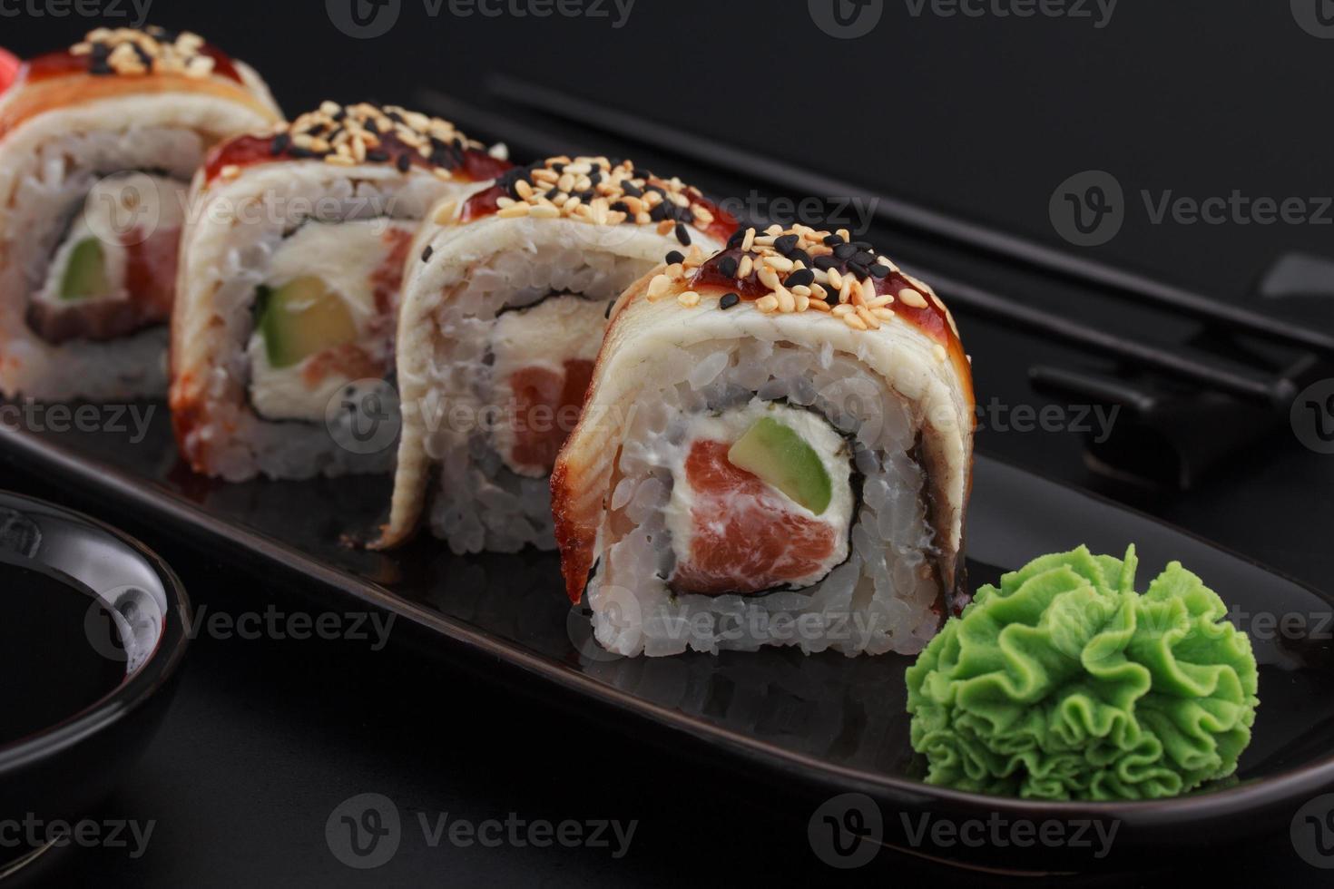 Premium-Qualität Sushi rollt über schwarzen Hintergrund foto