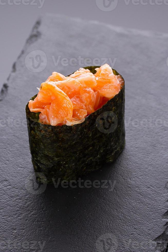 Sushi Gunkan auf einer Steinplatte foto