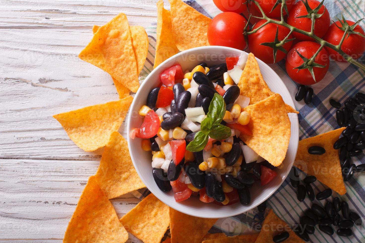 mexikanische Salsa mit Bohnen und Corn Chips Nachos. horizontale Oberseite foto