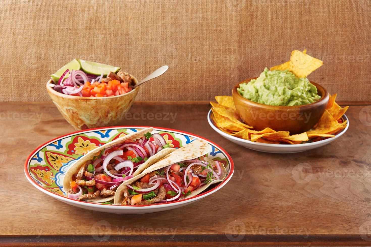 Rinderfleisch und Gemüse mexikanische Tacos foto