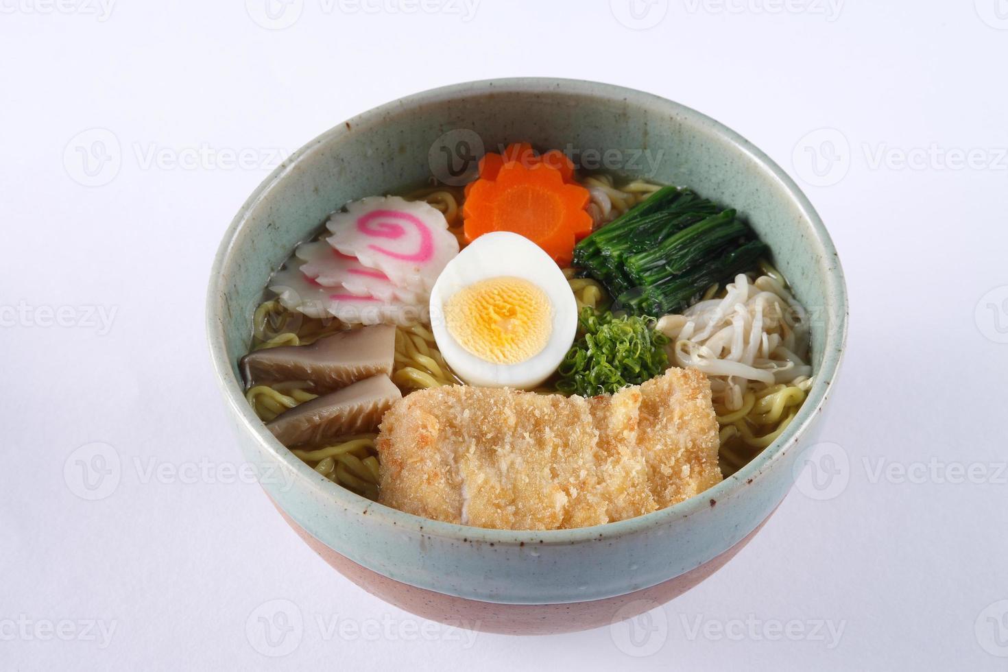 Tonkatsu Shoyu Ramen isoliert auf weißem Hintergrund, frittiertes Schweinefleisch foto