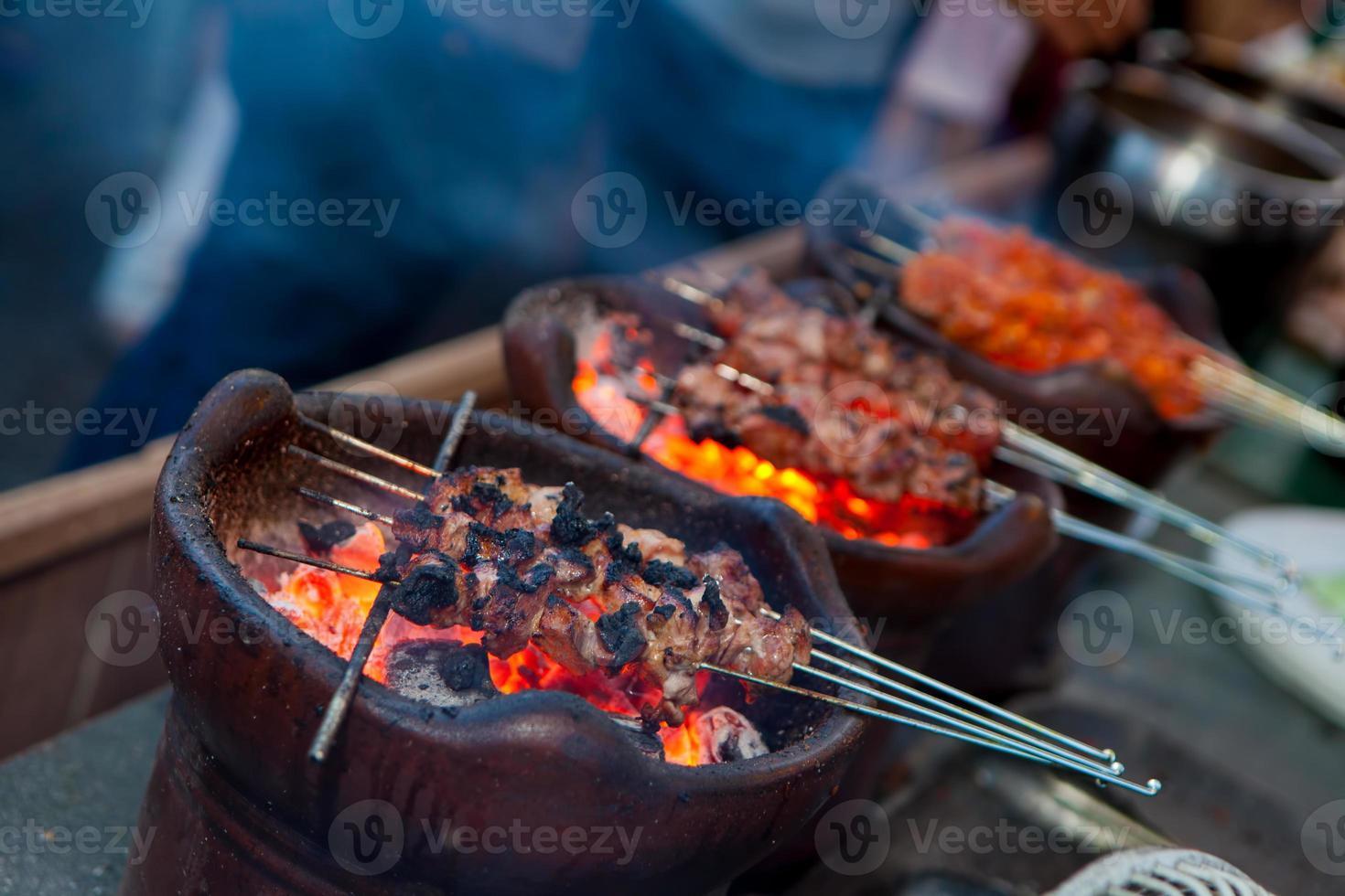 indonesisches Essen Satay Jogja Klatak Fleisch wird gegrillt foto