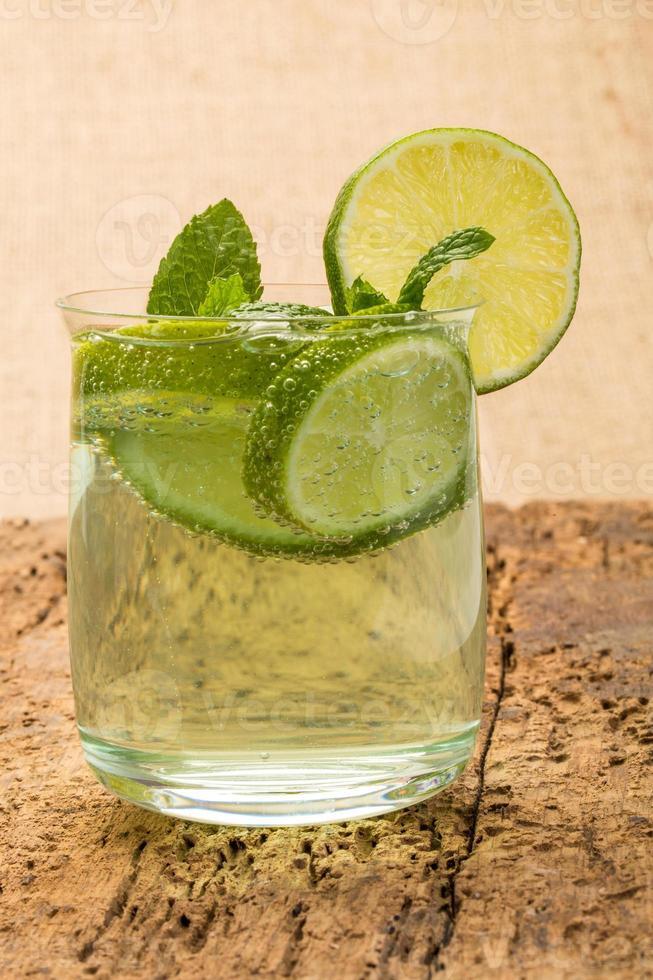 Erfrischungsgetränk mit Limette und Minze dekoriert foto
